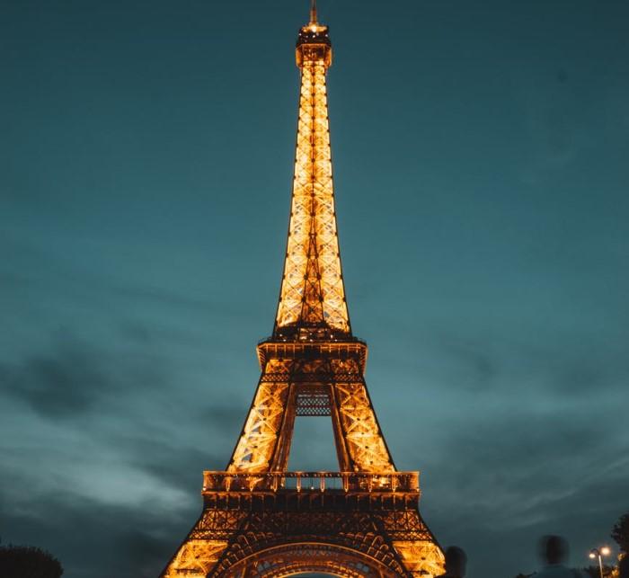 Эйфелева башня в огнях
